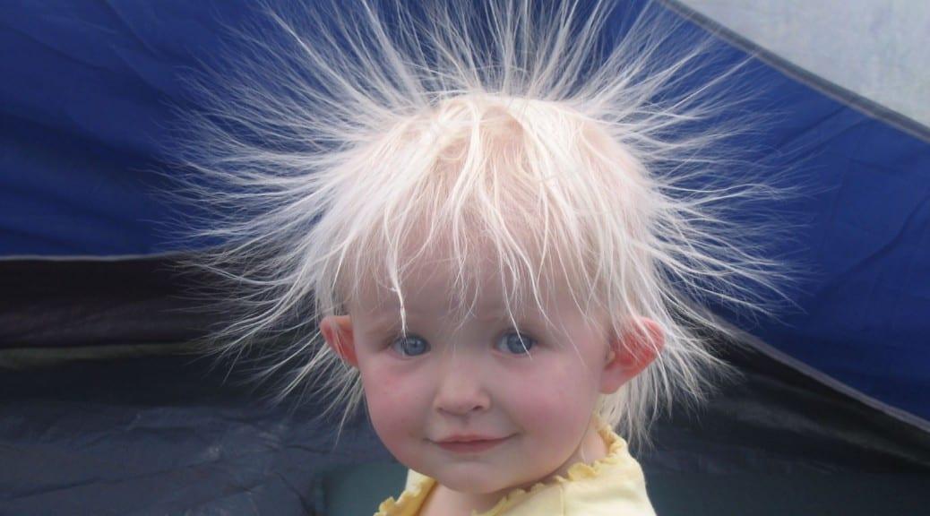 παιδί με ηλεκτρισμένα μαλλά