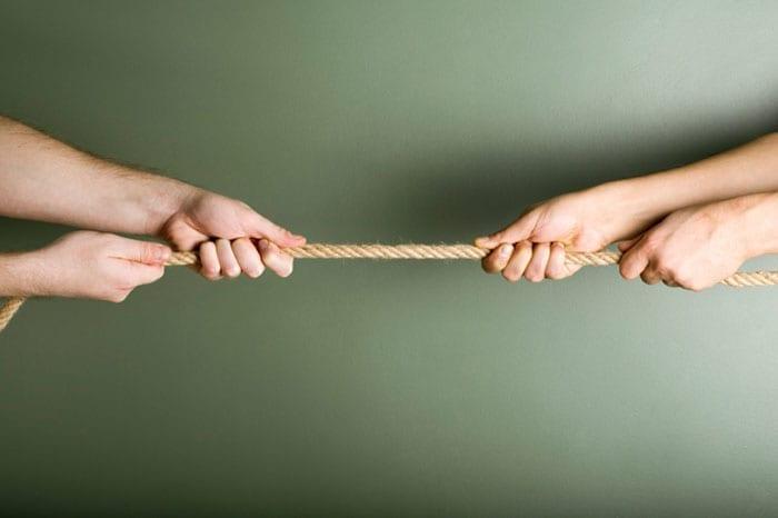 χέρια τραβάνε σκοινί