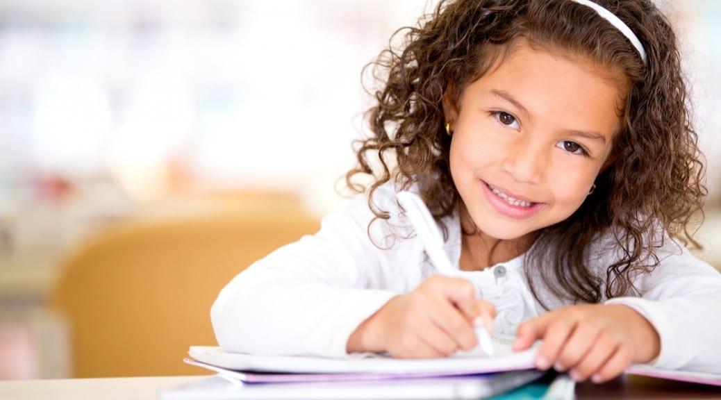 κορίτσι που μελετά
