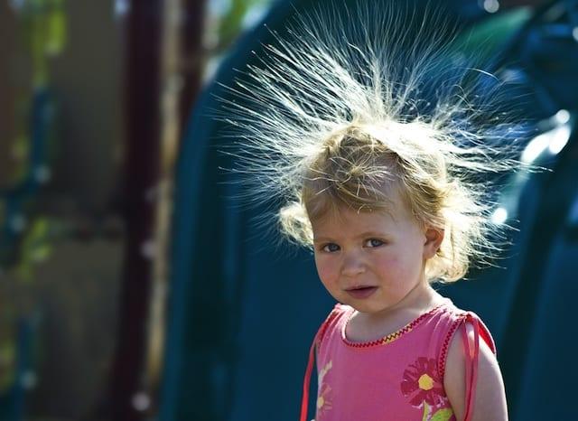 κορίτσι με ηλεκτρισμένα μαλλιά