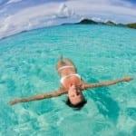 γυναίκα επιπλέει σε τροπικά νερά
