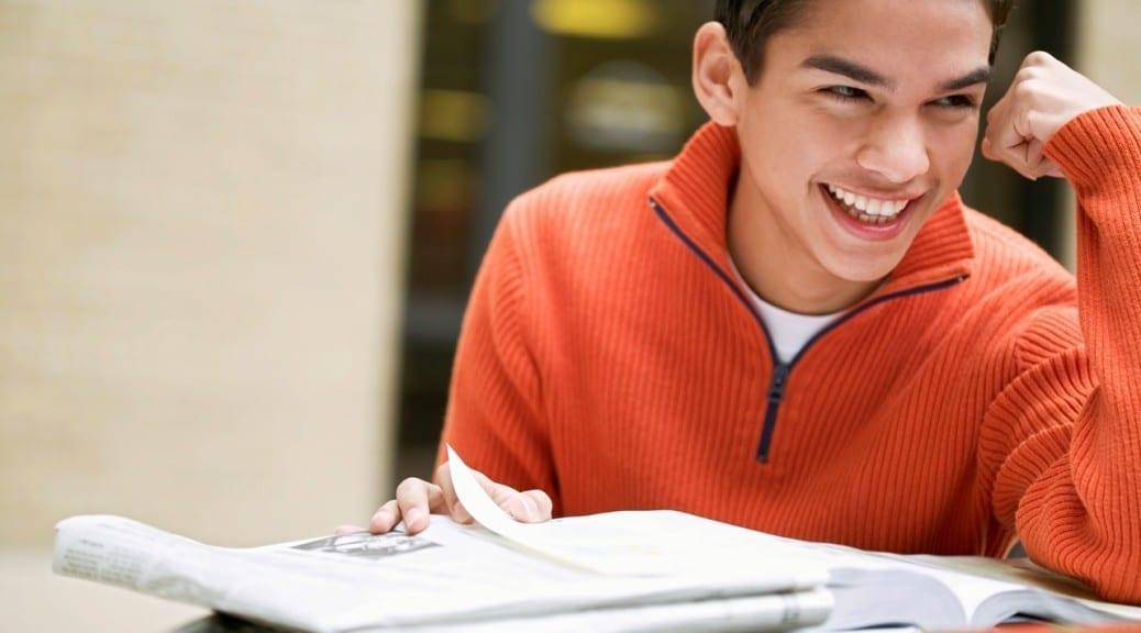 μαθητής που χαμογελά